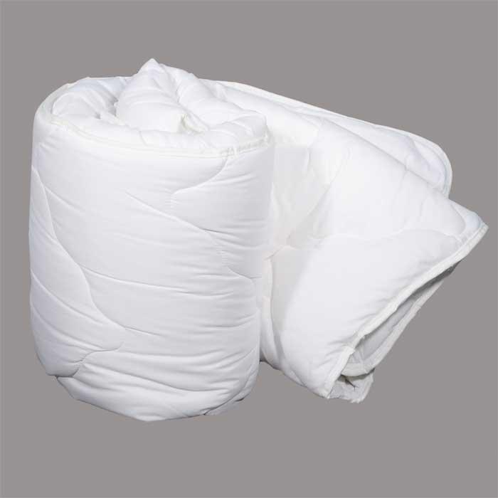 Одеяло Dargez Идеал Голд классическое, 172 х 205 смОВТ-15-3Классическое одеяло Dargez Идеал Голд представляет собой чехол из хлопка и полиэстера с наполнителем Эстрелль из полого силиконизированного волокна. Особенности одеяла Dargez Идеал Голд: - обладает высокими теплозащитными свойствами; - гипоаллергенно: не вызывает аллергических реакций; - воздухопроницаемо: обеспечивает циркуляцию воздуха через наполнитель; - быстро сохнет и восстанавливает форму после стирки; - не впитывает запахи; - имеет удобную форму; - экологически чистое и безопасное для здоровья; - обладает мягкостью и одновременно упругостью.Одеяло вложено в текстильную сумку-чехол зеленого цвета на застежке-молнии, а специальная ручка делает чехол удобным для переноски. Характеристики:Материал чехла: 50% хлопок, 50% полиэстер. Наполнитель: Эстрелль - пласт из полого силиконизированного волокна (100% полиэстер). Размер одеяла: 172 см х 205 см. Масса наполнителя: 1,5 кг. Размер упаковки: 60 см х 44 см х 26 см. Артикул: 20(15)58. Торговый Дом Даргез был образован в 1991 году на базе нескольких компаний, занимавшихся производством и продажей постельных принадлежностей и поставками за рубеж пухоперового сырья. Благодаря опыту, накопленным знаниям, стремлению к инновациям и развитию за 19 лет компания смогла стать крупнейшим производителем домашнего текстиля на территории Российской Федерации. В основу деятельности Торгового Дома Даргез положено стремление предоставить покупателю широкий выбор высококачественных постельных принадлежностей и текстиля для дома, которые способны создавать наилучшие условия для комфортного и, что немаловажно, здорового сна и отдыха.