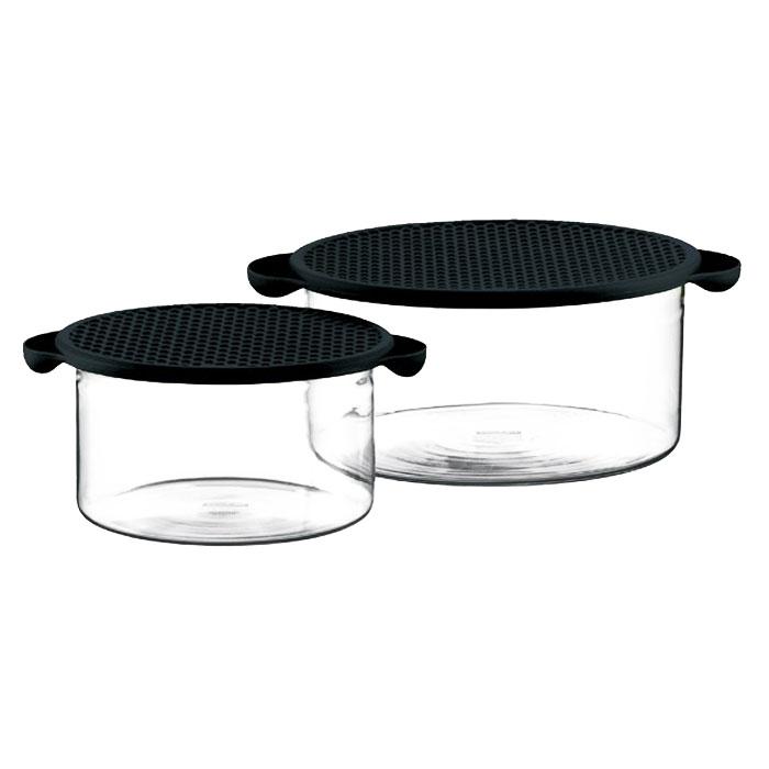 Набор мисок Bodum Hot Pot 2 шт, цвет: черный K10127-01GR1837_зеленыйМиски Hot Pot являются универсальным приобретением для любой кухни. С их помощью можно готовить блюда, хранить продукты и даже сервировать стол. Емкости Hot Pot изготавливается из специального боросиликатного стекла, которое, в отличие от обычного, остается очень прочным даже при минимальной толщине. Поэтому прозрачная и изящная емкость отлично переносит высокие температуры, находясь на плите или в духовке. Не менее жаростойкой является и силиконовая крышка емкости Hot Pot, которая вполне может выступить в качестве подставки под блюда, нагретые до 220°C или прихватки. Переводя дословно название Hot Pot, получаем почти сказочное горячий горшочек. И действительно, сложно найти более сказочный кухонный предмет, который при своей внешней простоте выполнял бы столько функций одновременно.Характеристики: Материал: стекло, силикон. Объем: 1 л, 2,5 л. Диаметр большой миски: 21,5 см. Диаметр малой миски: 17 см. Высота большой миски: 10,5 см. Высота малой миски: 8,5 см. Цвет крышки: черный. Размер упаковки: 22,5 см х 11,5 см х 22,5 см. Артикул: K10127-01.