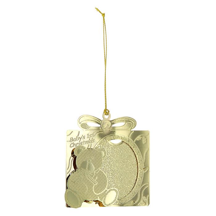 Новогоднее подвесное украшение Первое Рождество, цвет: золотистый. 25084А 011Новогоднее подвесное украшение Первое Рождество, выполненное из золотистого металла, украсит интерьер вашего дома или офиса в преддверии Нового года. Оригинальный дизайн и красочное исполнение создадут праздничное настроение. В центр украшения можно поместить фотографию.Новогодние украшения всегда несут в себе волшебство и красоту праздника. Создайте в своем доме атмосферу тепла, веселья и радости, украшая его всей семьей. Характеристики:Материал:металл. Размер украшения:6 см х 6,5 см. Размер фотографии:4 см х 5 см. Размер упаковки:6,5 см х 2,5 см х 8 см. Изготовитель:Китай. Артикул:25084.