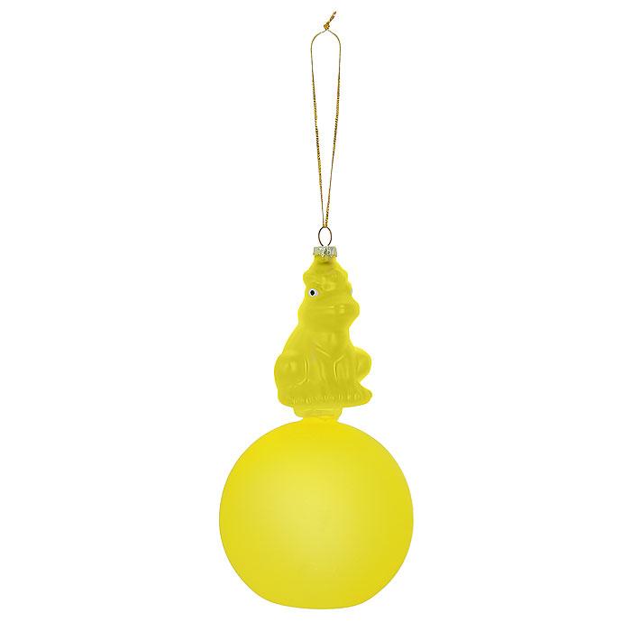 Новогоднее подвесное украшение Лягушка, цвет: золотистый, желтый. Ф21-171197775318Новогоднее подвесное украшение Лягушка, выполненное из стекла, украсит интерьер вашего дома или офиса в преддверии Нового года. Необычное украшение выполнено в виде золотистой лягушки, сидящей на желтом шаре. Оригинальный дизайн и красочное исполнение создадут праздничное настроение.Новогодние украшения всегда несут в себе волшебство и красоту праздника. Создайте в своем доме атмосферу тепла, веселья и радости, украшая его всей семьей. Характеристики:Материал:стекло. Высота украшения: 17 см. Диаметр шара: 9 см. Размер упаковки: 10 см х 10 см х 19,5 см. Изготовитель: Китай. Артикул:</b Ф21-1711.