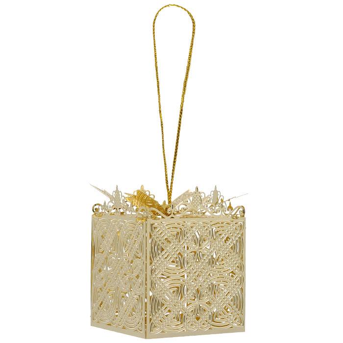 Новогоднее подвесное украшение Подарок, цвет: золотистый. 2508009840-20.000.00Новогоднее подвесное украшение Подарок, выполненное из золотистого металла, украсит интерьер вашего дома или офиса в преддверии Нового года. Оригинальный дизайн и красочное исполнение создадут праздничное настроение. Новогодние украшения всегда несут в себе волшебство и красоту праздника. Создайте в своем доме атмосферу тепла, веселья и радости, украшая его всей семьей. Характеристики:Материал:металл. Размер украшения:4 см х 4 см х 4 см. Размер упаковки:6 см х 6 см х 6 см. Изготовитель:Китай. Артикул:25080.