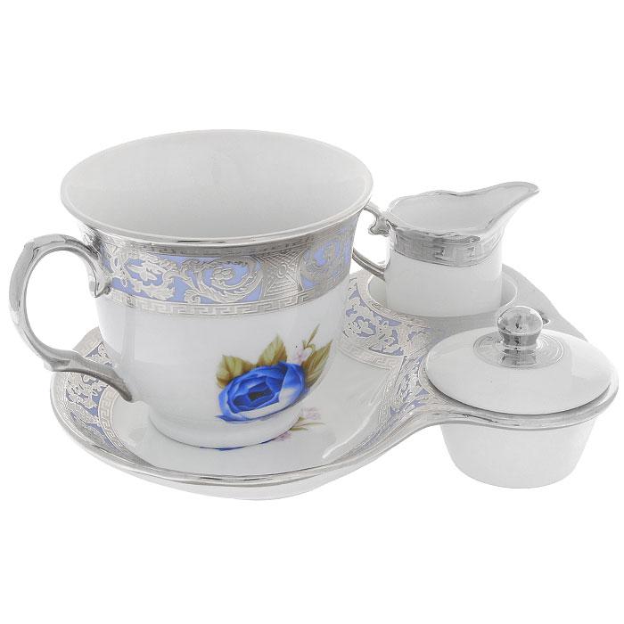 Набор для завтрака Силвер Блу, 4 предмета115510Набор для завтрака Силвер Блу, выполненный из высококачественного фарфора состоит из чашки, блюдца, молочника и крышечки. Чашка и блюдце оформлены красочным рисунком, на котором изображены синие розы. Предметы декорированы рельефным узором с серебристой эмалью. Благодаря такому набору ваш завтрак будет еще вкуснее.Набор для завтрака Силвер Блу сочетает в себе изысканный дизайн с максимальной функциональностью. Такой набор послужит замечательным подарком к любому празднику. Предметы набора упакованы в стильную подарочную коробку из плотного картона синего цвета. Характеристики:Материал: фарфор. Диаметр чашки по верхнему краю:8,5 см. Высота чашки:7,5 см. Объем чашки:200 мл. Размер блюдца:16,5 см х 13 см х 3 см. Высота молочника:6 см. Диаметр молочника по верхнему краю:3,5 см. Диаметр крышки:5,5 см. Размер упаковки:22,5 см х 13 см х 9 см. Производитель:Китай. Артикул:222153D.