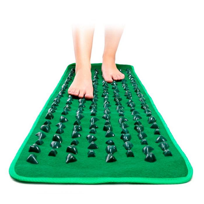 Массажная дорожка длинная GREEN MAT15032021Массажная дорожка GREEN MAT длиной 173 см.Рефлексология - естественный, эффективный и безопасный способ профилактики заболеваний, основанный на массаже важных биологически активных точек на стопах ног, обеспечивающем согласованную и правильную работу всех органов человека. Тысячелетиями этот метод с успехом применяется в медицинской практике многих народов мира, достигших в этой области необычайных высот.Известно, как полезно ходить босыми ногами по земле, камням, морской гальке, а массажный коврик позволяет получить тот же эффект не выходя из дома. Благодаря рифленой поверхности, он обеспечивает массаж стоп, способствует укреплению голеностопного сустава и предотвращает появление и развитие плоскостопия у детей. Массажный коврик эффективен при профилактике варикозного расширения вен, артроза и артрита. Регулярное его использование уменьшает боли, связанные с застарелыми мозолями и шипами у взрослых, спадают отеки ног, возникает приятное ощущение легкости, прилив сил, повышаются иммунитет и просто жизненный тонус.Массаж с помощью коврика, имитирующего морскую гальку, не только чрезвычайно полезен, но и необыкновенно приятен и удобен. Специально разработанное покрытие создает чудесное состояние полного единения с природой. Для использования коврика в домашних условиях достаточно просто расстелить его на полу и несколько минут в день походить по нему босыми ногами, просто постоять, попереминаться с ноги на ногу. Вы будете приятно удивлены полученным эффектом!Сам по себе массажный коврик очень прост, и в то же время гениален и эффективен по своему благотворному, общеукрепляющему воздействию на организм. Поэтому он завоевал огромную популярность у миллионов людей во всем мире и, безусловно, может быть рекомендован для использования в каждом доме и в каждой семье.