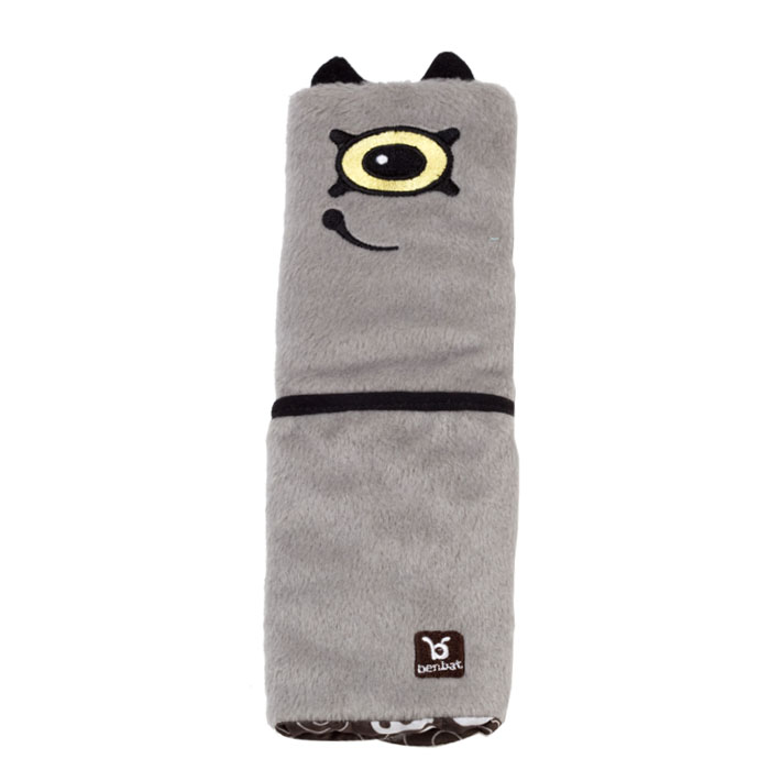 """Накладка для ремня безопасности """"Монстрик"""" поможет вашему ребенку провести время в путешествии с максимальным комфортом. Мягкая и удобная накладка не позволит ремню пережимать и стягивать шею и грудь вашего малыша, препятствуя натиранию тугим и жестким ремнем. Накладка крепится к ремню безопасности с помощью двух липучек и оформлена вышитым глазиком и ротиком монстрика. Накладка оснащена небольшим кармашком, в который можно положить плеер, салфетки или другие полезные мелочи. Накладка предназначена для детей в возрасте от восьми лет."""