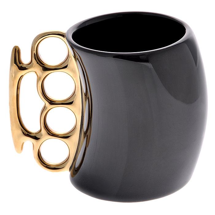 Кружка Кастет, цвет: черный, золотистый93487Керамическая кружка Кастет черного цвета станет отличным подарком для человека, ценящего забавные и практичные подарки. Кружка оригинальной формы выполнена с ручкой в виде кастета золотистого цвета. Такой подарок станет не только приятным, но и практичным сувениром: кружка станет незаменимым атрибутом чаепития, а оригинальный дизайн вызовет улыбку. Характеристики:Материал: керамика. Цвет: черный, золотистый. Высота кружки: 10 см. Диаметр кружки: 7,5 см. Объем кружки: 300 мл. Размер упаковки: 11,5 см х 9 см х 14,5 см. Изготовитель:Китай. Артикул: 93487.