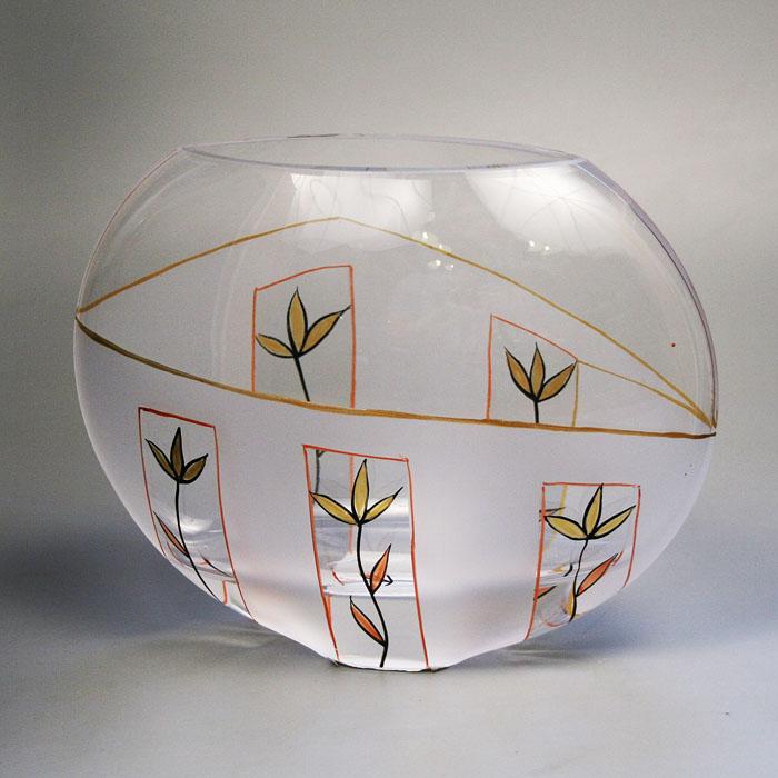 Вазон Deco-Glass, высота 16 см. АС 04120/0160/АА-D823АС 04120/0160/АА-D823Элегантный вазон Deco-Glass изготовлен из высококачественного матового стекла и декорирован ручной росписью. Эксклюзивный вазон подчеркнет оригинальность интерьера и прекрасный вкус хозяина. Создайте в своем доме атмосферу уюта, преображая интерьер стильными, радующими глаза предметами. Также вазон может стать хорошим подарком вашим друзьям и близким. Характеристики:Материал:стекло. Размер вазона (Ш х Д х В):22 см х 9 см х 16 см. Размер упаковки: 22 см х 9,5 см х 18 см. Артикул: АС 04120/0160/АА-D823.