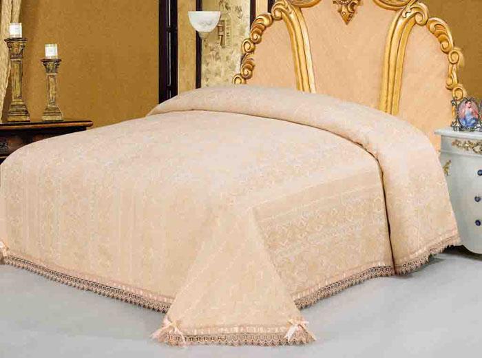 Покрывало гобеленовое SL, цвет: персиковый, 220 х 240 см 08909SVC-300Очаровательное покрывало SL нежного персикового оттенка выполнено из полиэстера и оформлено ажурной вышивкой. По краям изделие украшено шелковой лентой в тон основному цвету, лента завязана на бантики. Покрывало придаст вашей спальне поистине королевскую роскошь и особый шарм. Благодаря великолепной подарочной коробке в виде картонного чемодана с сюжетами картин эпохи Возрождения, данное покрывало станет прекрасным подарком любому человеку. Упаковка-чемодан фиксируется с помощью металлических замочков и оснащена удобной гнущейся ручкой. Характеристики:Материал: 100% полиэстер. Размер покрывала: 220 см х 240 см. Размер упаковки: 56 см х 37 см х 9 см. Артикул: 08909.