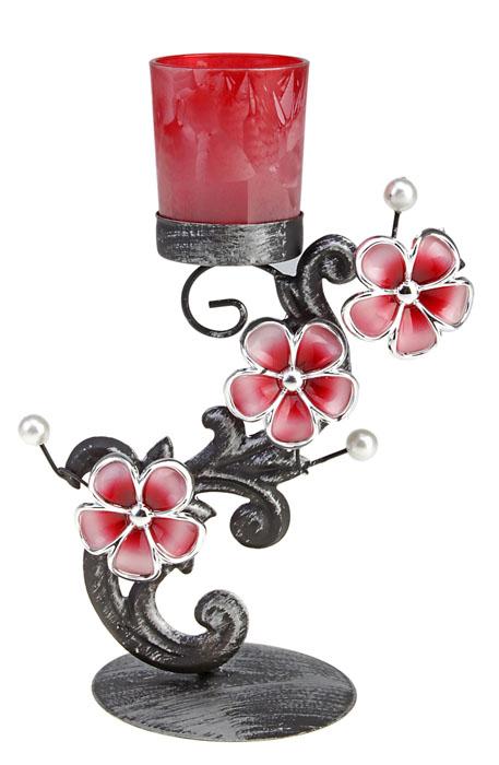 Подсвечник Сон Ориона. 5772736113MИзящный подсвечник Сон Ориона, выполненный из металла с эффектом потертости, станет оригинальным украшением интерьера. Подсвечник украшен бледно-розовыми цветами и бусинами, имитирующими белый жемчуг. Сверху в подсвечник вставляется небольшая чаша для свечи из прозрачного стекла красного цвета. Подсвечник рассчитан на одну свечу. Подсвечник Сон Ориона украсит интерьер и подчеркнет его изысканность. Характеристики:Материал: металл, стекло, пластик. Диаметр свечи: 5 см. Высота чаши для свечи: 6,5 см. Общая высота подсвечника: 23 см. Диаметр основания: 9,5 см. Размер упаковки: 23,5 см х 11,5 см х 13,5 см. Артикул: 577273.