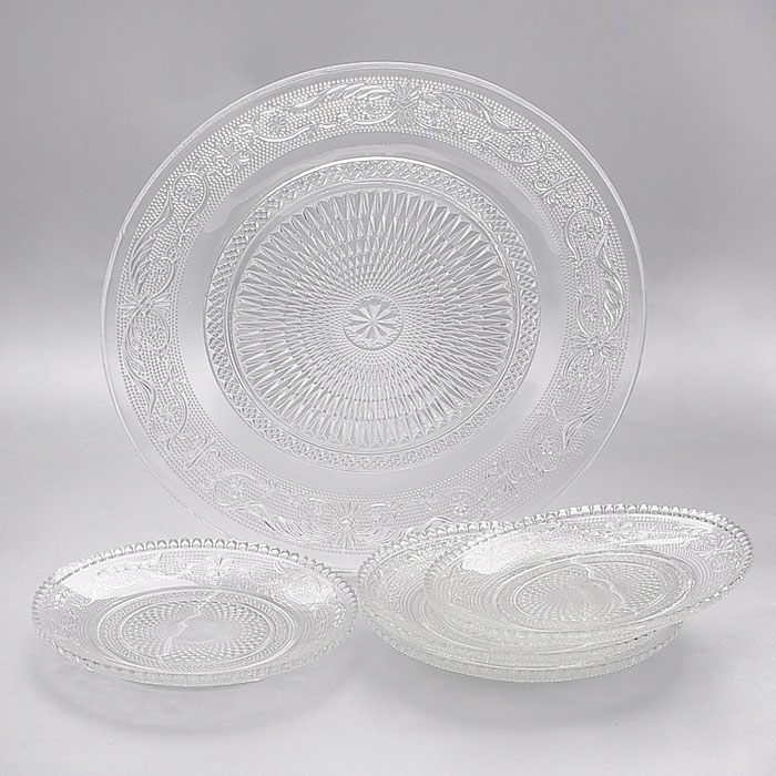 Набор тарелок Lillo, 5 штGL2053Набор Lillo состоит из одной большой тарелки и четырех маленьких тарелок, предназначенных для красивой сервировки различных блюд. Изделия выполнены из высококачественного стекла и декорированы рельефным узором. Тарелки сочетают в себе изысканный дизайн с максимальной функциональностью. Оригинальность оформления придется по вкусу и ценителям классики, и тем, кто предпочитает утонченность и изящность.Набор тарелок Lillo послужит отличным подарком к любому празднику. Характеристики:Материал: стекло. Диаметр большой тарелки:25 см. Диаметр маленькой тарелки:14,5 см. Размер упаковки:25,5 см х 25 см х 6,5 см. Артикул:GL2053.