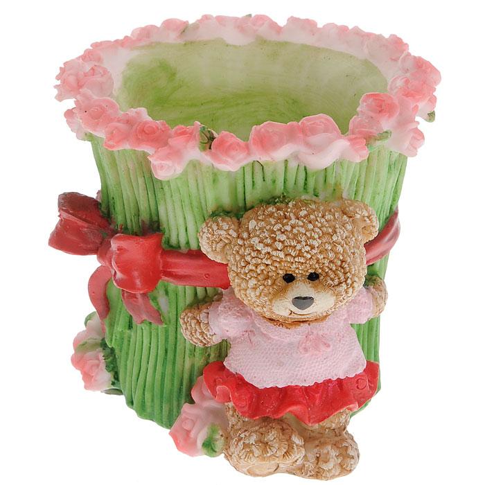 Декоративная подставка Медвежонок с букетом роз, для ручек, 11 x 9,5 x 9,2 см 28720113308Оригинально оформленная подставка для ручек станет отличным украшением интерьера и подчеркнет его изысканность. Подставка выполнена из полирезины в виде букета роз и забавного медвежонка. Декоративную подставку можно преподнести в качестве оригинального подарка или сувенира. Характеристики: Размер подставки:11 см х 9,5 см х 9,2 см. Материал:полирезина. Размер упаковки:11 см х 11 см х 11 см. Артикул:28720.