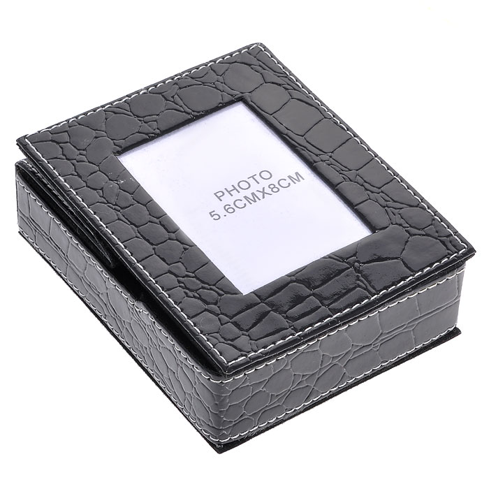 Подставка для бумаги с рамкой для фото, цвет: черный, 5,5 см х 8 см. 2882741619Оригинальная подставка для бумаги выполнена из картона с отделкой из ПВХ, стилизованной под лаковую кожу черного цвета с тиснением. Внутри подставка отделана бархатистым материалом. Крышка подставки оформлена миниатюрной фоторамкой, в которую вы можете поместить фотографию любимого человека или счастливого события своей жизни. Благодаря эксклюзивному дизайну, подставка оформит ваш рабочий стол, а также станет практичным сувениром для друзей и коллег. Характеристики:Материал: картон, ПВХ. Размер подставки: 11,5 см х 9,5 см х 3,5 см. Размер фоторамки: 9,5 см х 11,5 см. Размер фотографии: 5,5 см х 8 см. Размер упаковки: 12,5 см х 10 см х 4,3 см. Артикул: 28827.