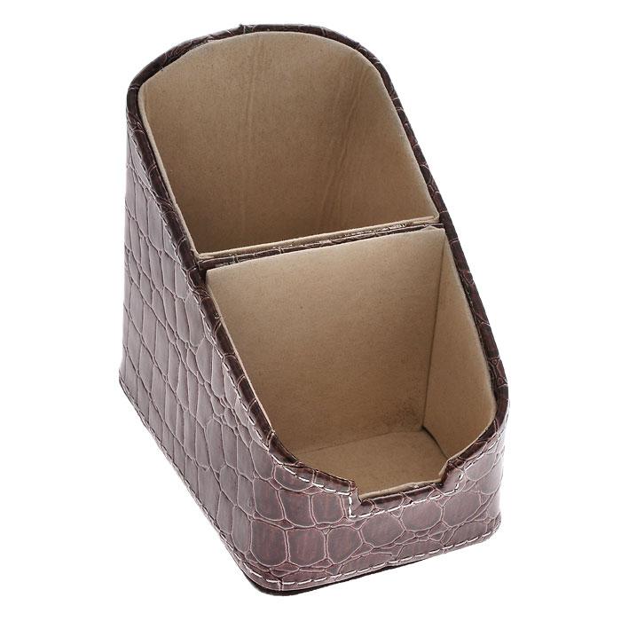 Подставка для канцелярских принадлежностей, цвет: коричневый. 28702FS-00261Оригинальная подставка для канцелярских принадлежностей выполнена из пластика с отделкой из ПВХ, стилизованной под лаковую коричневую кожу с тиснением. Внутри отделана бархатистым материалом. Подставка состоит из двух отделений. Благодаря эксклюзивному дизайну, подставка оформит ваш рабочий стол, а также станет практичным сувениром для друзей и коллег. Характеристики: Материал: пластик, ПВХ, текстиль. Размер подставки: 10,5 см х 7 см х 10 см. Цвет: коричневый. Размер упаковки: 11,5 см х 8 см х 11 см. Артикул: 28702.