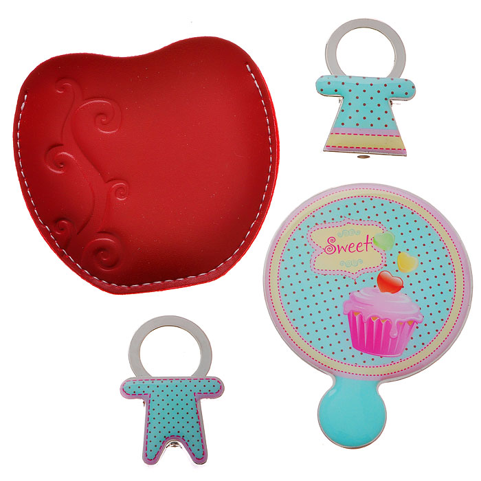 Подарочный набор Sweet: зеркало, 2 брелока, цвет: голубой. 284476001112Подарочный набор Sweet, состоящий из карманного зеркала и двух брелоков, порадует любую девушку. Зеркало круглой формы выполнено из нержавеющей стали, и имеет удобную ручку-держатель. Зеркало помещено в красный чехол из полиуретана, декорированный тиснением в виде завитка. Брелоки, выполненные в виде мальчика и девочки, оснащены металлическими кольцами для крепления. Оригинальные и функциональные аксессуары подчеркнут изысканный вкус своей владелицы. Предметы набора хранятся в подарочной картонной коробке. Характеристики:Материал: металл, полиуретан. Размер брелока (с кольцом): 2,8 см х 4,2 см х 1 см. Диаметр корпуса зеркала: 5,5 см. Размер упаковки: 12 см x 12 см x 2 см. Артикул: 28447.