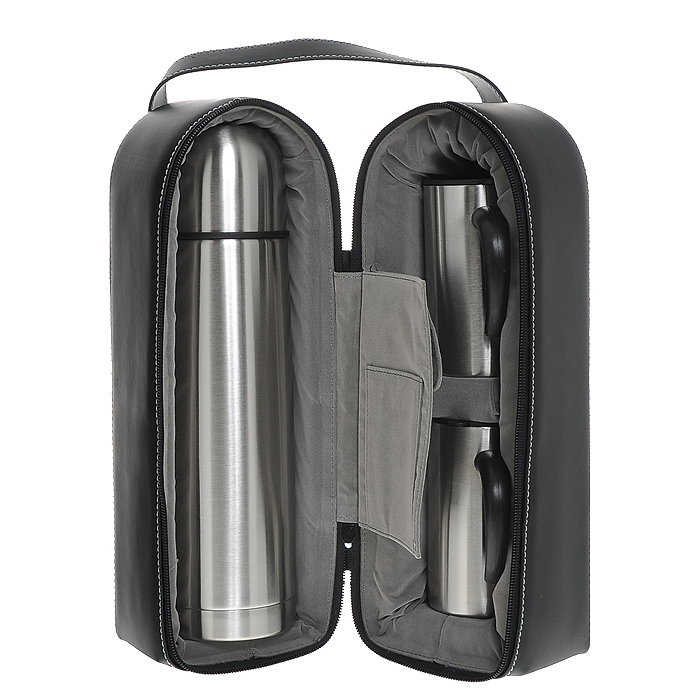 Набор S.Quire, 3 предмета0003929Набор S.Quire включает в себя: термос и две кружки. Термос и кружки изготовлены из нержавеющей стали с глянцевой полировкой. Кружка оснащена пластиковой ручкой и крышкой с силиконовыми уплотнителями и прорезью для питья, которая позволит сохранить температуру напитка. Предметы набора хранятся в черном плотном чехле из искусственной кожи. Чехол застегивается за застежку-молнию и имеет удобную ручку для переноски. Внутри есть удобный нашивной кармашек и карман, застегивающийся на липучку. Они будут удобны для хранения чайных пакетиков. Характеристики:Материал: сталь, пластик, резина, искусственная кожа, текстиль, поролон. Объем термоса: 1 л. Размер термоса:8,5 см х 31 см х 8 см. Диаметр кружки (по верхнему краю): 6 см. Высота кружки: 11,5 см. Размер чехла: 18,5 см х 11,5 см х 34 см. Размер упаковки: 21,5 см х 12 см х 36,5 см. Артикул: SET-SS10.