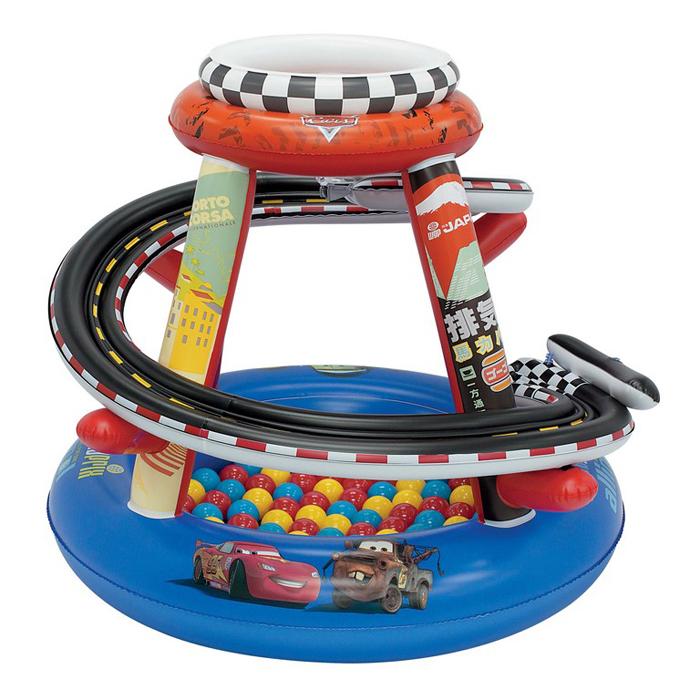 """Надувной игровой центр """"Гоночная трасса"""" - это идеальный способ провести время весело и задорно! Центр выполнен из высококачественных, абсолютно безопасных материалов. Он представляет собой верхнее и нижнее кольца, соединенные стойками. От верхнего кольца к нижнему спускается спиралевидный гоночный трек для шариков. В комплект входят 50 ярких разноцветных шариков, которые сделают игру еще интереснее. Стоит только бросить шарик в специальное отверстие, расположенное сверху игрового центра, как он быстро скатится по спирали на дно. Игровой центр оформлен изображениями героев мультфильма """"Тачки"""" (""""Cars""""). Игровой надувной центр """"Гоночная трасса"""" прекрасно подойдет для игр, как в доме, так и на свежем воздухе."""