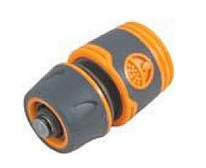 Соединитель для шлангов FIT, с автостопом, 3/4106-026Соединитель FIT, с автостопом применяется для быстрого и надежного соединения поливочных шлангов с любой насадкой поливочной системы. Совместим со всеми элементами аналогичной поливочной системы. Клапан автостоп автоматически прекращает подачу воды, при отсоединении насадки. Характеристики: Материал: ABS пластик с прорезиненными вставками. Размеры прибора: 6 см х 4,5 см х 4,5 см. Размер упаковки:12 см х 9 см х 5 см.