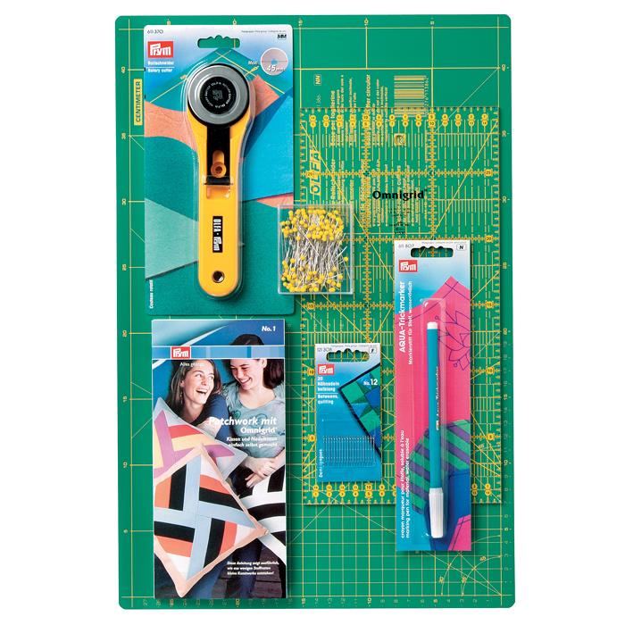 """""""Пэчворк"""" - набор для начинающих со всеми необходимыми принадлежностями и инструкцией по пошиву вашего первого изделия - подушки! Пэчворк - лоскутное шитье, текстильная мозаика. Вид рукоделия, при котором по принципу мозаики сшивается цельное изделие из кусочков ткани (лоскутов). В состав набора входит : 1 коврик для раскройных ножей; 1 раскройный нож; булавки; аква-маркер; линейка для раскройного ножа; полудлинных игл для шитья; инструкция по пэчворку (на английском языке). Раскройный нож Prym """"Макси"""" оснащен вращающимся лезвием в прямом и обратном направлении, гарантируя чистый срез 4-8 слоев ткани. Специальный винт фокусировки поможет определить нужную скорость вращения лезвия. Имеется защитная функция для безопасного хранения вне использования. Коврик для пэчворка предназначен для работ с раскройным ножом. Коврик обладает стойкостью к поломкам и порезам. Коврик необходим для любых работ с раскройным..."""