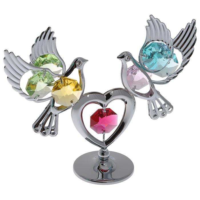 Фигурка декоративная Голуби с сердцем, цвет: серебристыйSvS10-006Декоративная фигурка Голуби с сердцем, серебристого цвета, станет необычным аксессуаром для вашего интерьера и создаст незабываемую атмосферу. Кристаллы, украшающие фигурку, носят громкое имяSwarovski. Ограненные, как бриллианты, кристаллы блистают сотнями тысяч различных оттенков.Эта очаровательная вещь послужит отличным подарком близкому человеку, родственнику или другу, а также подарит приятные мгновения и окунет вас в лучшие воспоминания.Фигурка упакована в подарочную коробку. Характеристики:Материал: металл (углеродистая сталь, покрытие золотом 0,05 микрон), австрийские кристаллы. Размер фигурки: 9,5 см х 8 см х 3 см. Цвет: серебристый. Размер упаковки: 9 см х 10 см х 6,5 см. Артикул: 67475. Более чем 30 лет назад компанияCrystocraftвыросла из ведущего производителя в перспективную торговую марку, которая задает тенденцию благодаря безупречному чувству красоты и стиля. Компания создает изящные, качественные, яркие сувениры, декорированные кристалламиSwarovskiразличных размеров и оттенков, сочетающие в себе превосходное мастерство обработки металлов и самое высокое качество кристаллов. Каждое изделие оформлено в индивидуальной подарочной упаковке, что придает ему завершенный и презентабельный вид.