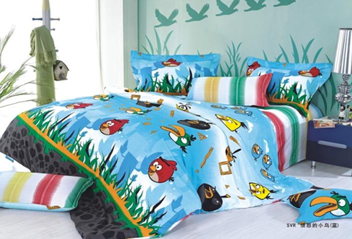 Комплект белья Angry Birds (2-х спальный КПБ, сатин, наволочки 70х70)391602Комплект постельного белья Angry Birds является экологически безопасным для всей семьи, так как выполнен из натурального хлопка. Комплект состоит из пододеяльника, простыни и двух наволочек. Постельное белье оформлено изображением персонажей из популярной игры Angry Birds.Сатин - производится из высших сортов хлопка, а своим блеском, легкостью и на ощупь напоминает шелк. Такая ткань рассчитана на 200 стирок и более. Постельное белье из сатина превращает жаркие летние ночи в прохладные и освежающие, а холодные зимние - в теплые и согревающие. Благодаря натуральному хлопку, комплект постельного белья из сатина приобретает способность пропускать воздух, давая возможность телу дышать. Одно из преимуществ материала в том, что он практически не мнется и ваша спальня всегда будет аккуратной и нарядной. Характеристики: Страна: Россия. Материал: сатин (100% хлопок). В комплект входят: Пододеяльник - 1 шт. Размер: 175 см х 210 см. Простыня - 1 шт. Размер: 180 см х 230 см. Наволочка - 2 шт. Размер: 70 см х 70 см. Высокие свойства белья торговой марки Коллекция основаны на умелом использовании вековых традиций и современных технологий производства и обработки тканей. Качество исходных материалов, внимание к деталям отделки, отличный пошив, воплощение новейших тенденций мировой моды позволяют постельному белью гармонично влиться в современное жизненное пространство и подарить ощущения удовольствия и комфорта.