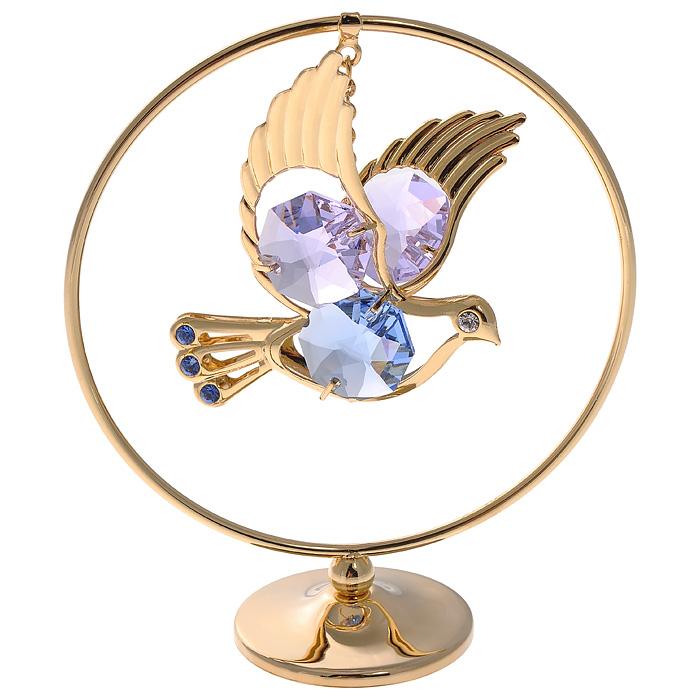 Фигурка декоративная Голубь, цвет: золотистыйny17-стандартДекоративная фигурка Голубь, золотистого цвета, станет необычным аксессуаром для вашего интерьера и создаст незабываемую атмосферу. Фигурка представляет собой кольцо на подставке с подвеской в виде голубя и инкрустирована сиреневыми и голубыми кристаллами. Кристаллы, украшающие фигурку, носят громкое имяSwarovski. Ограненные, как бриллианты, кристаллы блистают сотнями тысяч различных оттенков.Эта очаровательная фигурка послужит отличным функциональным подарком, а также подарит приятные мгновения и окунет вас в лучшие воспоминания.Фигурка упакована в подарочную коробку. Характеристики:Материал: металл (углеродистая сталь, покрытие золотом 0,05 микрон), австрийские кристаллы. Размер фигурки: 7 см х 7,5 см х 3 см.Цвет: золотистый. Размер упаковки: 7,5 см х 10 см х 5 см. Артикул: 67152. Более чем 30 лет назад компанияCrystocraftвыросла из ведущего производителя в перспективную торговую марку, которая задает тенденцию благодаря безупречному чувству красоты и стиля. Компания создает изящные, качественные, яркие сувениры, декорированные кристалламиSwarovski различных размеров и оттенков, сочетающие в себе превосходное мастерство обработки металлов и самое высокое качество кристаллов. Каждое изделие оформлено в индивидуальной подарочной упаковке, что придает ему завершенный и презентабельный вид.