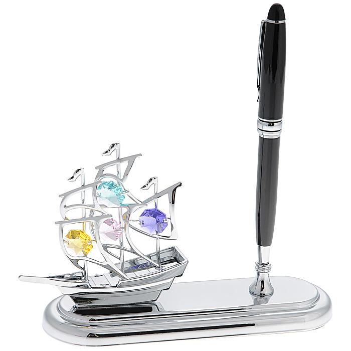 Настольный прибор Кораблик, с ручкой. 67269RG-D31SНастольный прибор Кораблик выполнен из металла серебристого цвета и украшен разноцветными кристаллами Swarovski. В комплекте также имеется ручка, которая вставляется в специальное отверстие в приборе. Поставьте прибор на стол на работе или дома и наслаждайтесь изящной формой корабля и блеском кристаллов. Изысканный и эффектный, этот потрясающий настольный прибор с ручкой для письма покорит своей красотой и изумительным качеством исполнения, а также станет прекрасным подарком начальнику или коллегам. Характеристики:Материал: металл (углеродная сталь), кристаллы Swarovski, пластик. Размер прибора: 15 см х 5 см х 10 см. Длина ручки: 14 см. Цвет чернил: черный. Размер упаковки: 18 см х 14 см х 7,5 см. Артикул: 67269.