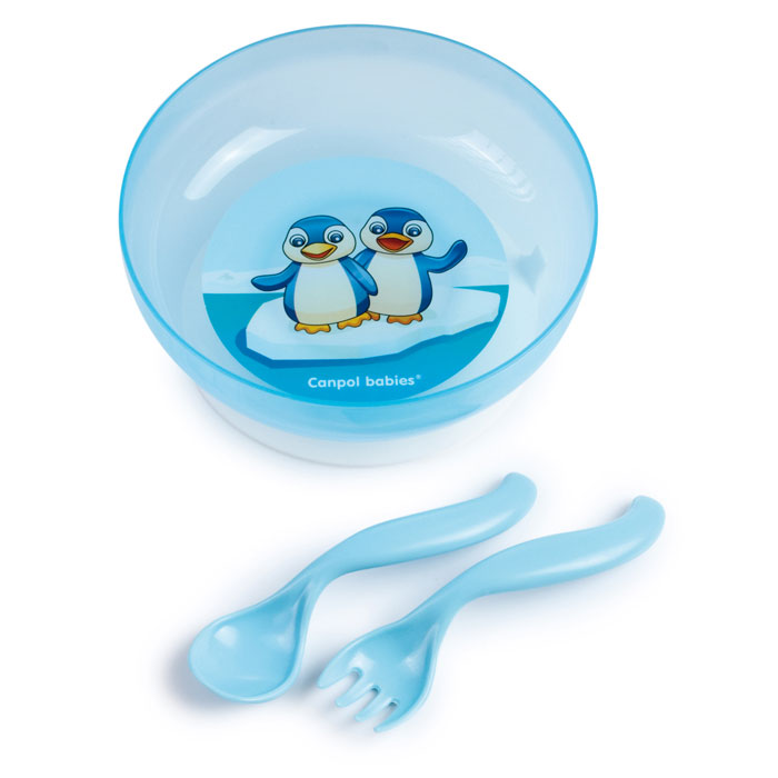 Canpol Babies Набор детской посуды цвет синий 4 предмета115510Набор детской посуды Canpol Babies, изготовленный из прочного и безопасного полипропилена, включает в себя тарелочку с крышкой, вилку и ложку. Тарелочка с удобной присоской, идеально подойдет для кормления малыша, и самостоятельного приема им пищи. Специальная присоска фиксирует тарелочку на столе, благодаря чему она не упадет, еда не прольется. Изделие оформлено ярким рисунком. В комплект к тарелочке входит крышка, которая позволит сохранить остатки еды. Ручки ложечки и вилки специальной формы, благодаря которой малышу будет удобно кушать самостоятельно.Объем тарелки: 450 мл.