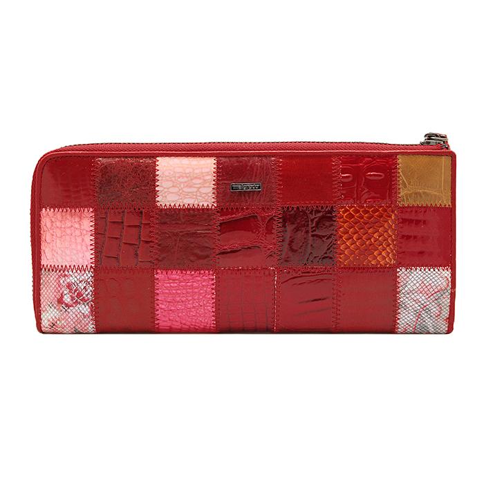 Кошелек Malgrado, цвет: красный. 91003A-444ABM8434-58AEСтильный и модный клатч Malgrado изготовлен из натуральной кожи красного цвета с комбинированным тиснением и застегивается на молнию. Клатч имеет пять отделений, один из которых на молнии. Внутри также расположены двенадцать отделений для дисконтных карт, визиток и кредиток. Снаружи, на оборотной стороне расположен карман на молнии.Такая модель клатча очень актуальна в этом сезоне.Клатч упакован в коробку из плотного картона с логотипом фирмы. Характеристики:Материал: натуральная кожа, текстиль, металл. Размер клатча: 23,5 см х 10 см х 2 см. Цвет: красный. Размер упаковки: 24,5 см х 11,5 см х 3,5 см. Артикул: 91003A-444A.
