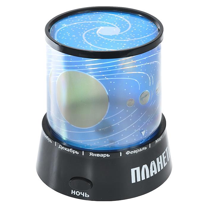 Ночник-проектор Планетарий, цвет: черный. 93975A6940AP-2WHНочник-проектор Планетарий - это удивительный прибор для создания ясного ночного неба прямо у вас в комнате. Ночник проецирует созвездия на стены и потолок помещения. Ночник оснащен светодиодами, которые постепенно меняют цвета своего свечения. Включив проектор, вы увидите, как на стенах и потолке вашей комнаты отражаются тысячи звезд, свечениепостепенно изменяется! Максимальный эффект от ночника достигается в условиях полного затемнения. Источник света: - Лампочка (от карманного фонарика)- Три многоцветных светодиода. Источники света включаются отдельными кнопками (можно использовать как вместе, так и по отдельности). Характеристики:Цвет: черный. Материал: пластик. Размер ночника: 10,5 см х 11,5 см х 10,5 см. Размер упаковки: 11 см х 13 см х 11 см. Артикул: 93975. Работает от 3 батареек АА 1.5V (не входят в комплект). Имеется вход для внешнего источника питания 4,5В (блок питания в комплекте не поставляется).УВАЖАЕМЫЕ КЛИЕНТЫ!Обращаем ваше внимание на возможные изменения в дизайне товара - корпус светильника-ночника может быть как с надписями на английскомязыке, так и с надписями на русском языке. Качественные характеристики товара и его размеры остаются неизменными. Поставка осуществляется в зависимости от наличия на складе.