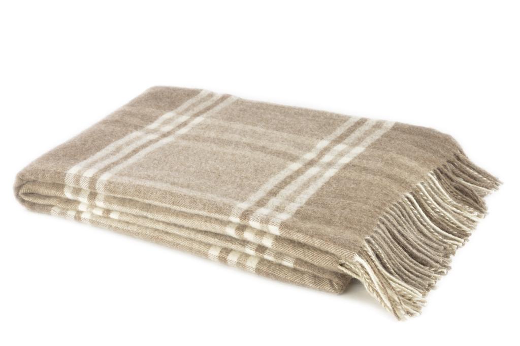 Плед Amati, 140 см х 200 см. 1-001-140 _02FA-5125 WhiteМягкий плед Amati, выполненный из сверхтонкой мериносовой овечьей шерсти, изготовлен без крашения. Он, несомненно, добавит комнате уюта и согреет в прохладные дни. От природы выразительный цвет используемого сырья помог создать эстетичный плед натуральной расцветки. Удобный размер этого качественного пледа позволит использовать его и как одеяло, и как покрывало для кресла или софы. Такое теплое украшение может стать отличным подарком друзьям и близким! Под шерстяным пледом вам никогда не станет жарко или холодно, он помогает поддерживать постоянную температуру тела. Шерсть обладает прекрасной воздухопроницаемостью, она поглощает и нейтрализует вредные вещества и славится своими целебными свойствами. Плед из шерсти станет лучшим лекарством для людей, страдающих ревматизмом, радикулитом, головными и мышечными болями, сердечно-сосудистыми заболеваниями и нарушениями кровообращения. Шерсть не электризуется. Она прочна, износостойка, долговечна. Наконец, шерсть просто приятна на ощупь, ее мягкость и фактура вызывают потрясающие тактильные ощущения! Характеристики:Материал: 100% сверхтонкая мериносовая овечья шерсть. Размер: 140 см х 200 см. Артикул: 1-001-140_02. Шерстяной плед коллекции Linea Lore от фабрики Руно - истинное воплощение уюта, тепла и комфорта. Пледы Linea Lore изготавливаются на итальянском оборудовании по европейскому дизайну. Качественный, экологически чистый плед от фабрики Руно изготовлен из натурального сырья контролируемого происхождения и давно известен потребителю в самых разных регионах страны. Для производства пледов Linea Lore используется пух монгольского верблюда, пух ягненка мериноса и шерсть новозеландских ягнят.