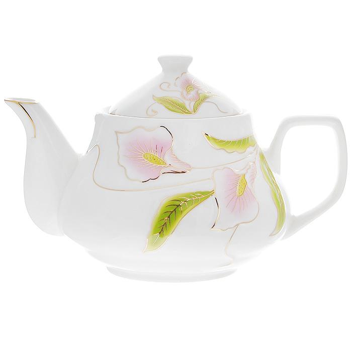 Чайник заварочный Лиловые каллы, 0,9 л115510Заварочный чайник Лиловые каллы изготовлен из высококачественного фарфора белого цвета. Он имеет изящную форму и декорирован нежным цветочным рисунком. Чайник сочетает в себе стильный дизайн с максимальной функциональностью. Красочность оформления придется по вкусу и ценителям классики, и тем, кто предпочитает утонченность и изысканность. Чайник упакован в подарочную коробку из гофрированного красного картона с золотыми цветами.Размер чайника (без крышки) (Д х Ш х В): 20 х 14 х 10 см.