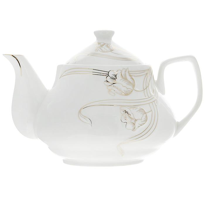 Чайник заварочный Золотые лианы, 900 мл115510Заварочный чайник Золотые лианы изготовлен из высококачественного фарфора белого цвета. Он имеет изящную форму и декорирован нежным цветочным рисунком. Чайник сочетает в себе стильный дизайн с максимальной функциональностью. Красочность оформления придется по вкусу и ценителям классики, и тем, кто предпочитает утонченность и изысканность. Чайник упакован в подарочную коробку из гофрированного красного картона с золотыми цветами.Размер чайника (без крышки) (Д х Ш х В): 19 х 12 х 10 см.