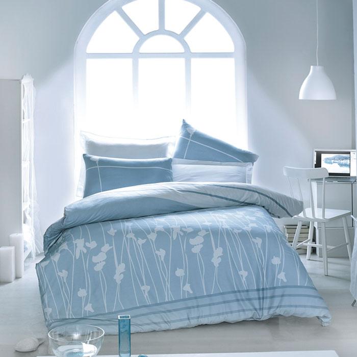 Комплект белья Tete-a-tete Аделфи (1,5 спальный КПБ, сатин премиум, наволочки 70х70), цвет: белый, голубой. Т-0034-0107839Комплект постельного белья Аделфи является экологически безопасным для всей семьи, так как выполнен из натурального хлопка. Комплект состоит из пододеяльника, простыни и двух наволочек. Постельное белье оформлено оригинальным рисунком и имеет изысканный внешний вид. Все предметы комплекта цельнокроеные. Вас поразит необыкновенная тонкость, почти воздушная легкость и невероятная шелковистость этой специальной ткани, которая еще усилится после стирки. Ненавязчивые цвета хорошо примут наложение любого другого оттенка, при любом освещении. Ваша постель будет выглядеть безупречно. Наволочки имеют клапан без пуговиц и молнии.Пододеяльникимеет молнию на нижнем конце. Молния имеет фиксаторы, не позволяющие расстегиваться ей до самого конца, а сама она очень прочная и состоит из одной эргономичной детали, что не позволит ей сломаться легко.Сатин - производится из высших сортов хлопка, а своим блеском, легкостью и на ощупь напоминает шелк. Такая ткань рассчитана на 200 стирок и более. Постельное белье из сатина превращает жаркие летние ночи в прохладные и освежающие, а холодные зимние - в теплые и согревающие. Благодаря натуральному хлопку, комплект постельного белья из сатина приобретает способность пропускать воздух, давая возможность телу дышать. Одно из преимуществ материала в том, что он практически не мнется и ваша спальня всегда будет аккуратной и нарядной. Рекомендации по уходу:стирать изделия, вывернув их наизнанку (особенно это касаетсяизделий с фурнитурой), при температуре до 30°С, c использованием современных высокотехнологичных порошков, щадящими отбеливателями без хлора, мягкими кондиционерами, смягчителями для воды, если она у вас жесткая, щадящим режимом отжима и сушки, без химчистки. Характеристики: Материал: премиум-сатин (100% хлопок). Размер упаковки: 34 см х 7 см х 53 см. В комплект входят: Пододеяльник - 1 шт. Размер: 150 см х 220 см.