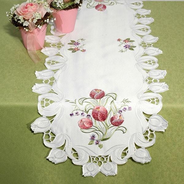 Дорожка для декорирования стола Schaefer, овальная, цвет: белый, 40 x 120 см 07252-22801193-СК-ГБ-003Очень нежная дорожка Schaefer выполнена из высококачественного полиэстера белого цвета. По всему краю в технике ришелье вышиты белые тюльпаны - очень редко встречающийся вариант вышивки! По самой дорожке вышиты шелком букетики розовых тюльпанов. Вы можете использовать дорожку для декорирования стола, комода или журнального столика.Благодаря такой дорожке вы защитите поверхность мебели от воды, пятен и механических воздействий, а также создадите атмосферу уюта и домашнего тепла в интерьере вашей квартиры. Изделия из искусственных волокон легко стирать: они не мнутся, не садятся и быстро сохнут, они более долговечны, чем изделия из натуральных волокон. Характеристики:Материал: 100% полиэстер. Размер:40 см х 120 см. Цвет:белый. Артикул:07252-228. Немецкая компания Schaefer создана в 1921 году. На протяжении всего времени существования она создает уникальные коллекции домашнего текстиля для гостиных, спален, кухонь и ванных комнат. Дизайнерские идеи немецких художников компании Schaefer воплощаются в текстильных изделиях, которые сделают ваш дом красивее и уютнее и не останутся незамеченными вашими гостями. Дарите себе и близким красоту каждый день!