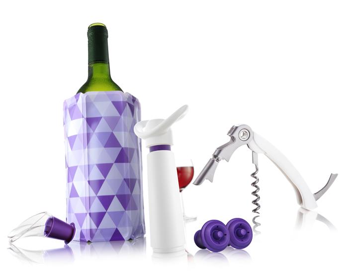 Подарочный набор VacuVin, цвет: белый, фиолетовый, 6 предметов308856Подарочный набор VacuVin включает в себя 6 предметов: - штопор Waiters Corkscrew, в котором использован специальный шарнирный механизм, с помощью которого бутылки открываются быстро и без усилий; - охладительная рубашка для вина представляет собой очень холодный мягкий футляр, позволяющий в среднем за 5 минут охладить бутылку вина емкостью 0,75 л от комнатной температуры до необходимой и поддерживать ее несколько часов. Вы просто помещаете охладительную рубашку в морозилку, а когда вам требуется быстро охладить бутылку вина, вы ее достаете и одеваете на бутылку, и вино остается холодным в течение нескольких часов. Это свойство достигается благодаря нетоксичному гелю, содержащемуся внутри рубашки; - вакуумный насос Wine Saver для сохранения вина представляет собой помпу, которая извлекает воздух из открытой бутылки и закрывает ее специальным резиновым клапаном многократного использования. Таким образом, без взаимодействия вина с воздухом, замедляется процесс окисления, так что вы можете наслаждаться вашим вином в течение длительного периода времени. Бутылка может быть открыта и вновь закрыта в любой момент, когда вам захочется;- две пробки, изготовленные из высококачественной резины, используются в комбинации с вакуумным насосом. Они замедляют окислительный процесс и подходят для многоразового использования; - элегантный уловитель капель Wine Server, изготовленный из высокопрочного пластика, помогает сохранить вашу скатерть чистой. Уловитель имеет раздвоенный носик, позволяющий возвращать оставшиеся на уловителе капли в бутылку. Уловитель капель Wine Server прекрасно подходит для большинства винных бутылок. Подарочный набор VacuVin прекрасно подойдет как для сервировки, так и для сохранения вина. Характеристики:Материал: пластик, металл, резина, ПВХ, гель. Цвет: белый, фиолетовый. Размер штопора: 12,5 см х 2,5 см х 1,5 см. Длина завинчивающейся части штопора: 5 см. Высота охладительной рубашки: 17,5 