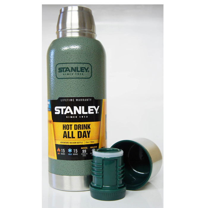 Термос Stanley Adventure, цвет: темно-зеленый, 0,75 л10-01562-005Термос Stanley Adventure станет вашим незаменимым помощником на рыбалке или походе. Объем термоса - 0,75 л. Он удерживает тепло или холод при помощи вакуумной изоляции и держит температуру в течении 15 часов. Корпус и внутренняя колба выполнены из нержавеющей стали. Наружное покрытие - абразивостойкая эмаль. Крышка изготовлена в виде термостакана объемом 236 мл. Слив - через поворотную пробку. Термос герметичен.Стильный функциональный термос будет незаменим в дороге, на пикнике. Его можно взять с собой куда угодно, и вы всегда сможете наслаждаться горячим домашним напитком.