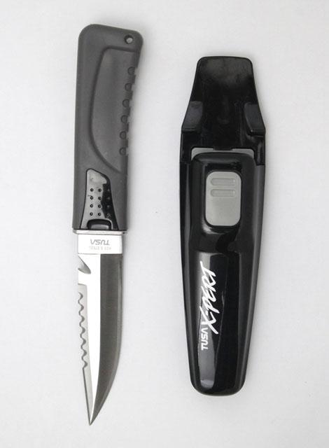 Нож Tusa X-pert, FK-860 BK, цвет: черный, 22,5 смВАРАН (7693)бзМодель ножа с остроконечным лезвием. Замок надежно крепит нож в ножнах, позволяя достатьего одним движением руки. Легко регулируемые ремешки с пряжками для комфортного крепления к ноге. Нож можно разобрать для обслуживания и для промывки в пресной воде. Отверстие в рукоятке для крепления шнура. Характеристики:Материал: металл, пластик, резина. Размер ножа:22,5 см х 3,5 см х 2 см. Размер лезвия:11,5 см х 2,5 см х 0,2 см. Размер ручки:11 см х 3,5 см х 2 см. Размер упаковки:26 см x 10 см x 4,5 см.