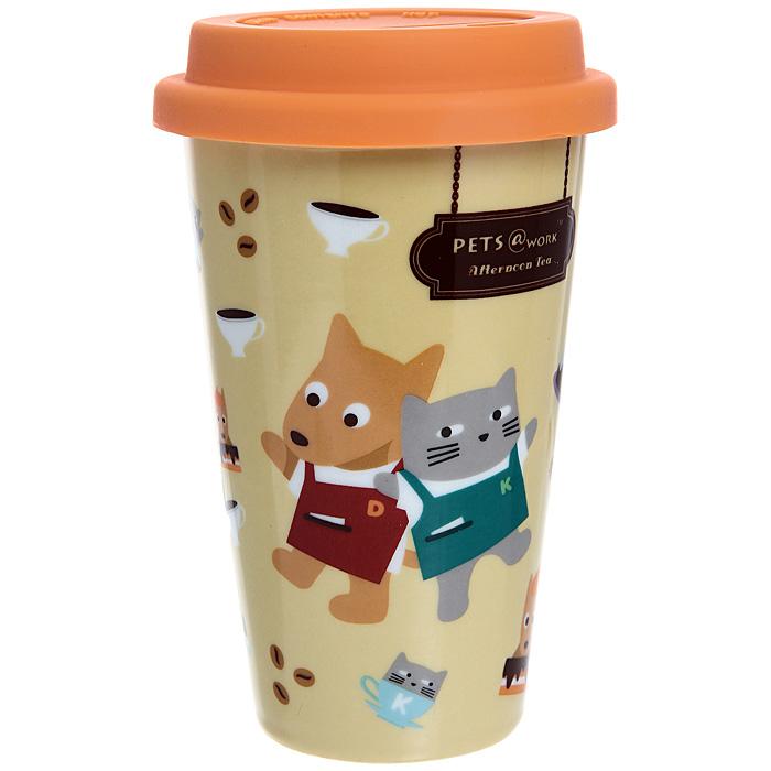 Кружка Afternoon tea с силиконовой крышкой, цвет: оранжевый, 300 мл. 13233АBAM-TM001Кружка Afternoo tea, выполненная из фарфора, порадует каждого, кто ее увидит, и великолепно украсит кухонный интерьер. Кружка оранжевого цвета оформлена забавными изображениеми котика и собачки в фартуках, а также имеет силиконовую крышку с прорезью для питья. Оригинальный дизайн и функциональность кружки придутся по вкусу каждому. Характеристики:Материал: фарфор, силикон.Объем: 300 мл. Диаметр кружки по верхнему краю: 9 см. Высота кружки (с учетом крышки): 14,5 см. Размер упаковки: 15,5 см х 9,5 см х 9,5 см. Артикул: 13233А.