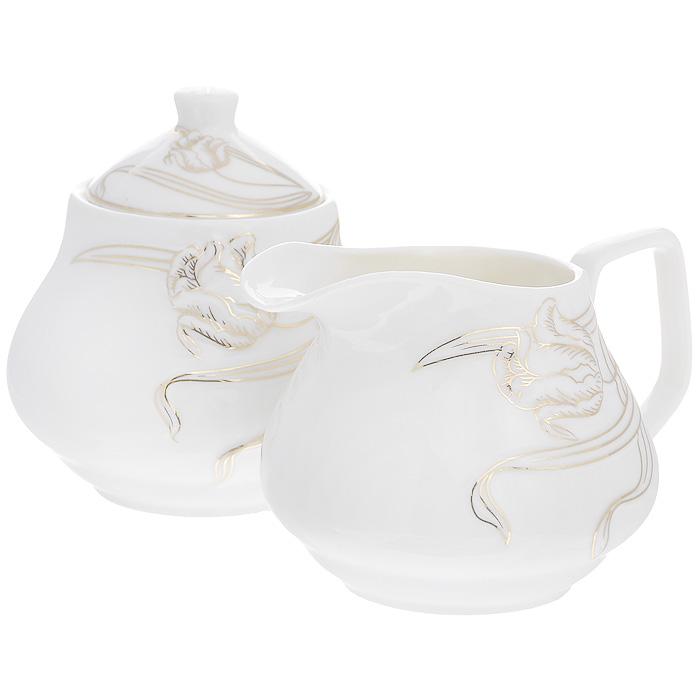 Набор Золотые лианы, 2 предмета508-097Набор Золотые лианы состоит из сахарницы и молочника, выполненных из высококачественного фарфора белого цвета. Изделия декорированы рельефным изображением цветка, покрытого золотистой эмалью. Такой набор прекрасно подойдет для сервировки стола и станет незаменимым атрибутом чаепития. Набор упакован в подарочную коробку из плотного картона. Внутренняя часть коробки задрапирована белой атласной тканью, и каждый предмет надежно крепится в определенном положении благодаря особым выемкам в коробке. Характеристики:Материал: фарфор. Объем молочника: 320 мл. Размер молочника (Д х Ш х В): 13 см х 10 см х 8,5 см. Объем сахарницы: 320 мл. Диаметр сахарницы: 10 см. Высота сахарницы (с учетом крышки): 11 см. Размер упаковки: 25 см х 13 см х 10,5 см. Артикул: 508-097.