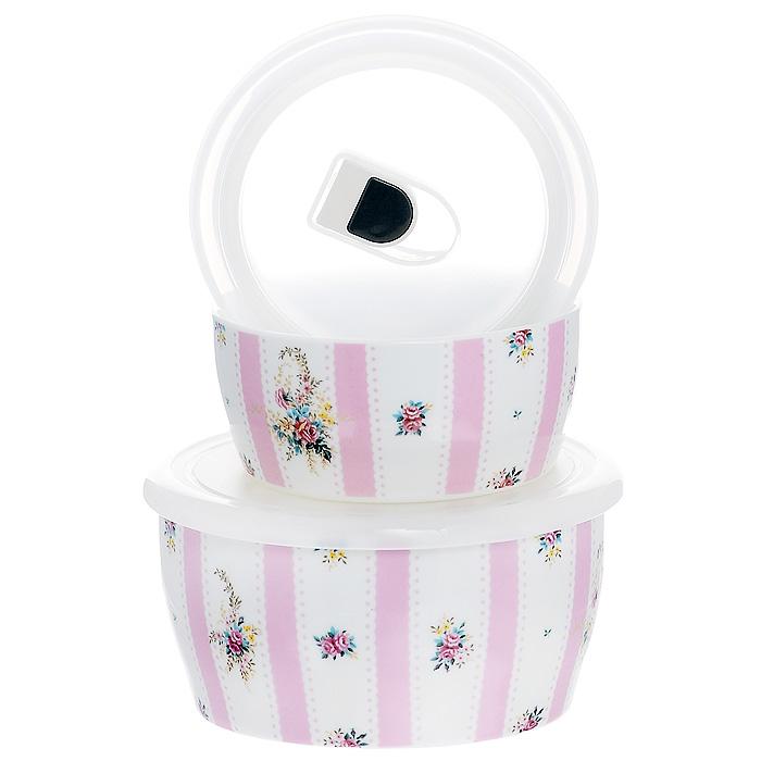 Набор емкостей Розовый муар с крышками, цвет: белый, 2 шт. 574-517VT-1520(SR)Набор Розовый муар состоит из двух круглых емкостей с крышками. Изделия выполнены из высококачественного фарфора и оформлены изящным цветочным рисунком. Емкости оснащены пластмассовыми вакуумными крышками с внутренним силиконовым уплотнительным кольцом. Емкости можно использовать для хранения и приготовления пищевых продуктов, а также в качестве салатников или посуды для сервировки. Кроме того, изделия имеют разный объем, поэтому для удобства хранения их можно складывать друг в дружку по принципу матрешки.Можно использовать в СВЧ-печи и холодильнике. Можно мыть в посудомоечной машине. Яркий дизайн и необыкновенная функциональность набора Розовый муар позволит ему стать достойным дополнением к вашему кухонному инвентарю. Характеристики:Материал: фарфор, пластик, силикон. Цвет: белый. Комплектация: 2 шт. Диаметр большой емкости: 15 см. Высота большой емкости: 7 см. Диаметр маленькой емкости: 12 см. Высота маленькой емкости: 5,5 см. Размер упаковки: 16,5 см х 16 см х 9 см. Артикул: 574-517.