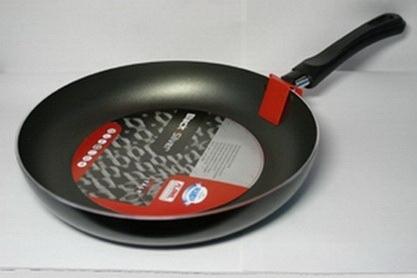 Сковорода тефлоновая Flonal Black & Silver, с антипригарным покрытием, диаметр 26 см. BS2261FS-91909Сковорода тефлоновая Flonal Black & Silver изготовлена из 100% пищевого алюминия. Благодаря тефлоновому покрытию, не позволяет пище пригорать. Легко моется. Можно готовить с минимальным количеством жира. Быстрый нагрев сохраняет пищевую ценность продукта. Энергия используется рационально. Посуда подходит для использования на газовых, электрических и стеклокерамических плитах; ее можно мыть в посудомоечной машине. Характеристики:Материал: алюминий. Диаметр сковороды: 26 см. Высота стенки: 4,5 см. Длина ручки: 18 см. Диаметр дна: 19 см. Производитель: Италия. Размер упаковки: 44 см х 26 см х 4,5 см. Артикул: BS2261.