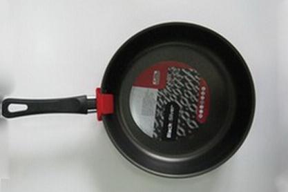 Сотейник Flonal Black & Silver, с тефлоновым покрытием. Диаметр 26 см. BS3261FS-91909Сотейник тефлоновый Flonal Black & Silver, оснащенный удобной бакелитовой ручкой, изготовлен из пищевого алюминия. Благодаря тефлоновому покрытию, не позволяет пище пригорать. Легко моется. Можно готовить с минимальным количеством жира. Быстрый и равномерный нагрев сохраняет пищевую ценность продукта. Энергия используется рационально. Посуда подходит для использования на газовых, электрических и стеклокерамических плитах; ее можно мыть в посудомоечной машине. Характеристики: Материал: алюминий, тефлоновое покрытие, бакелит. Цвет: черный. Диаметр сотейника: 26 см. Диаметр диска сотейника: 21 см. Высота стенок сотейника: 6 см. Толщина стенок сотейника: 0,2 см. Толщина дна сотейника: 0,2 см. Длина ручки сотейника: 18 см. Артикул: BS3261. Серия Black & Silver (черное серебро) - одна из самых успешных линий итальянского завода Flonal. Производство осуществляется методом штамповки, внутреннее – 4-х слойное антипригарное покрытие Teflon Classic (DuPont США), внешнее покрытие – силиконовый лак, устойчивый к воздействию высоких температур, роликовая накатка.