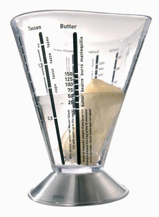 Емкость мерная Gefu, 500 мл94672Мерная емкость, изготовленная из высококачественных стали и пластика, будет полезна для каждой хозяйки. Мерная емкость от Gefu снабжена универсальными шкалами, благодаря которым можно отмерить даже минимальное колличество муки, сахара, соли, риса, ячневой крупы и масла. Дополнительные единицы измерения - литры, миллилитры, чашки, жидкие унции (Fl.OZ) Можно мыть в посудомоечной машине. Характеристики: Материал: высококачественная сталь, прозрачный пластик. Диаметр емкости по верхнему краю (без учета носика и ручки): 11,5 см. Высота емкости:16 см. Размер основания емкости: 9,5 см х 1,5 см. Размер упаковки: 12,6 см х 11,9 см х 17,6 см. Производитель:Германия. Артикул:14450.