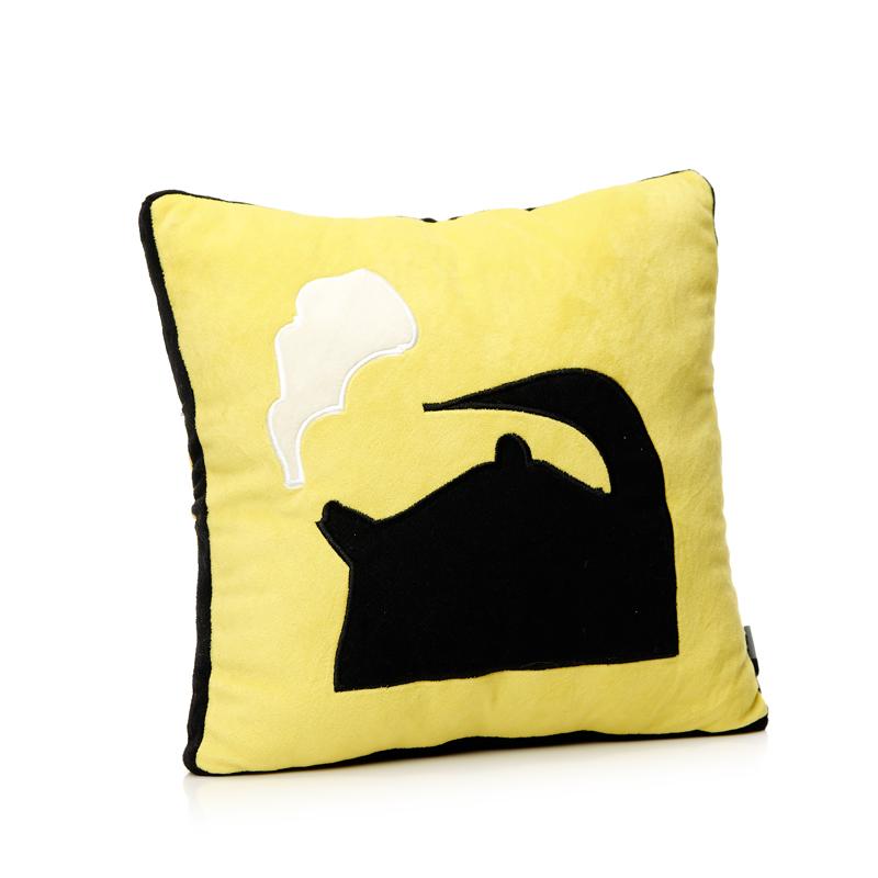 Подушка автомобильная Чайник, цвет: желтый, черныйPS-SUT041215Мягконабивная автомобильная подушка Чайник, выполненная из гипоаллергенных материалов, поможет снять напряжение и расслабиться. Чехол подушки изготовлен из искусственного меха с изображением чайника, наполнитель - полиэфирное волокно. Подушка прекрасно подойдет для хранения в автомобиле, на случай если пассажирам захочется отдохнуть. Легкая и удобная, она создаст правильное комфортное положение шеи и головы и обеспечит спокойный сон даже во время езды. Кроме того, она отлично будет смотреться на заднем сидении и украсит салон автомобиля. Характеристики:Материал чехла: ворсовое трикотажное волокно (искусственный мех). Наполнитель: полиэфирное волокно. Цвет: желтый, черный. Размер подушки: 33 см х 33 см х 13 см. Артикул: PS-SUT041215.