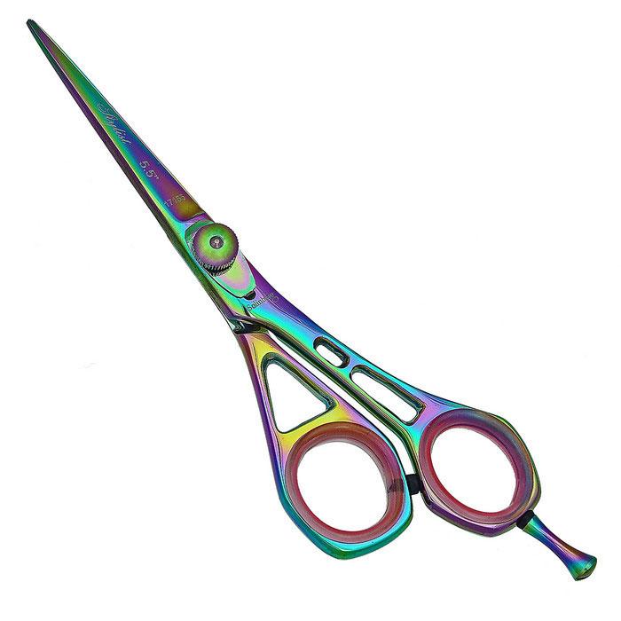 Solinberg Ножницы парикмахерские Stylist 5.5. 213-17155Satin Hair 7 BR730MNПарикмахерские ножницы Solinberg Stylist 5.5 выполнены из стали с антибактериальным покрытием и предназначены для стрижки волос. Эргономичные - со смещенными кольцами, учитывают анатомию руки, а потому позволяют работать без напряжения мышц кисти и предплечья. Стандартная заточка - выполняется под углом 45-50 градусов. При этом режущая кромка представляет собой ровную полосу шириной около 1 мм. Выносная винтовая группа - винт системы Kompensator Swinger имеет болтовое натяжное устройство и пружину. Позволяет мастеру без дополнительных инструментов, вручную, регулировать натяжение полотен в зависимости от характера выполняемой работы или толщины волос клиента. Можно задавать ножницам более мягкий или жесткий ход. Съемный усилитель для мизинца дает возможность прикладывать меньшее усилие в процессе стрижки. Кольца c сменными резиновыми вставками - позволяют уменьшить диаметр колец и защищают пальцы от аллергических реакций при контакте с металлом. Характеристики:Материал: нержавеющая сталь. Общая длина ножниц (без усилителя): 14,5 см. Длина лезвия: 5,5 см. Производитель: Германия. Артикул: 213-17155. Товар сертифицирован.