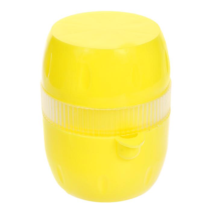 Соковыжималка Gjo Casa Лимончик, цвет: желтый, прозрачный391602Соковыжималка Gjo Casa Лимончик, выполненная из высококачественного пластика, станет полезным аксессуаром на любой кухне. Она идеально подойдет для лимонов и цитрусовых фруктов. Достаточно нарезать фрукты дольками, положить в соковыжималку и покрутить крышку. Сок выливается через специальный носик. Простая и удобная в использовании соковыжималка Gjo Casa Лимончик займет достойное место среди кухонного инвентаря.Размер соковыжималки: 6,5 см х 7,5 см х 9 см.