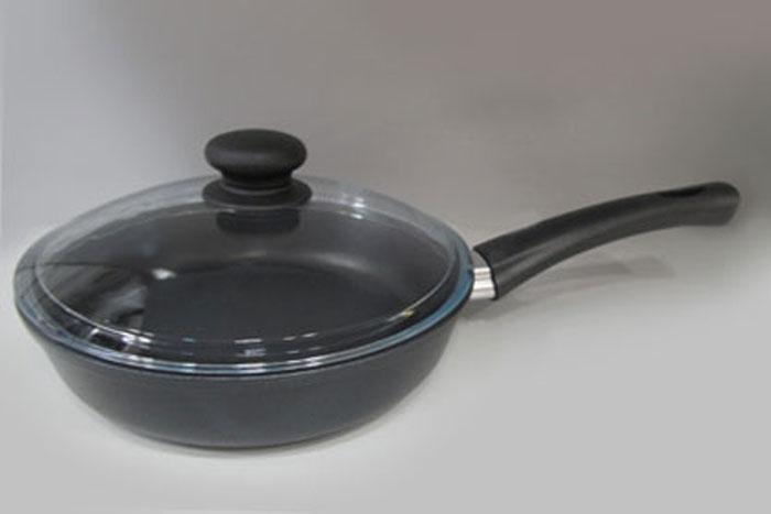 Сковорода литая Нева Металл Посуда Традиционная с антипригарным покрытием, с крышкой, диаметр 26 см. 7726FS-80299Сковорода Традиционная из серии литой алюминиевой посуды с антипригарным покрытием на водной основе. Антипригарное покрытие сделано на водной основе, относится к самому безопасному, четвертому классу по ГОСТу. Антипригарное покрытие традиционно производится БЕЗ использования PFOA (перфтороктановой кислоты). Равномерно нагревается за счет особой конструкции литого корпуса по принципу золотого сечения, толстых стенок (4 мм) и ещё более толстого дна (6 мм). Приготовленная еда получается особенно вкусной благодаря специфическим термоаккумулирующим свойствами пищевого сплава алюминия с кремнием. Корпус, отлитый вручную, практически не подвержен деформации даже при сильном нагреве. Крышка изготовлена из стекла с металлическим нержавеющим ободом и отверстием для выпуска пара. Посуда подходит для использования на газовых, электрических и стеклокерамических плитах; морозильной камере; ее можно мыть в посудомоечной машине. Характеристики:Материал: алюминий, стекло, нержавеющая сталь. Диаметр сковороды: 26 см. Высота стенки: 6,9 см. Длина ручки: 17 см. Диаметр дна: 19 см. Диаметр крышки: 26 см. Толщина стенок: 4 мм. Толщина дна: 6 мм. Размер упаковки: 46 см х 28 см х 8,5 см. Артикул: 7726.