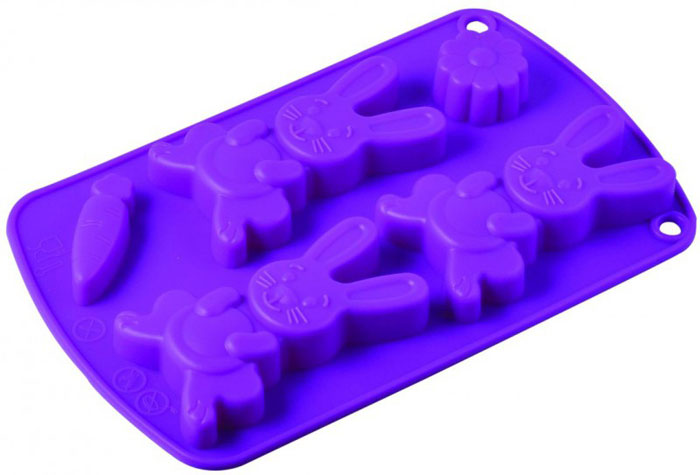 Форма для выпечки и заморозки Regent inox Зайчики, силиконовая, цвет: фиолетовый, 5 ячеекг 45аФорма для выпечки и заморозки Зайчики состоит из пяти ячеек в виде зайчиков, морковки и цветочка. Силиконовая форма предназначена для изготовления конфет, печенья, мармелада, желе, льда, выпечки и т.д. Оригинальный способ подачи изделий не оставит равнодушным родных и друзей. Силиконовые формы Regent Inox Зайчики выдерживают высокие и низкие температуры (от - 40 до + 230 градусов). Они эластичны, износостойки, легко моются, не горят и не тлеют, не впитывают запахи, не оставляют пятен. Силикон абсолютно безвреден для здоровья. Характеристики:Материал: силикон. Общий размер формы: 21 см х 13 см х 2 см. Размер упаковки: 29 см х 14 см х 2,5 см. Изготовитель: Италия. Артикул: 93-SI-FO-67.