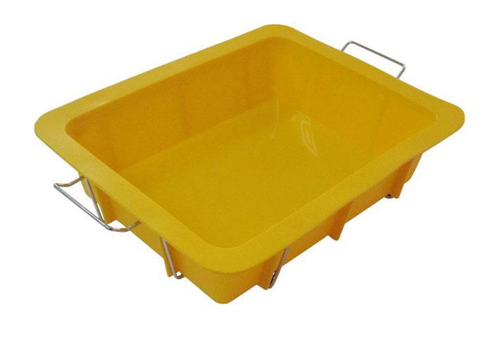 Форма для выпечки Regent Inox Лазанья силиконовая, с подставкой, цвет: желтый, 24 см х 30 см402-455Прямоугольная форма для выпечки Regent Inox Лазанья, выполненная из силикона желтого цвета, прекрасно подойдет для приготовления лазаньи, а также пирогов и запеканок.Силиконовые формы для выпечки имеют много преимуществ по сравнению с традиционными металлическими формами и противнями. Они идеально подходят для использования в микроволновых, газовых и электрических печах при температурах до +230°С. В случае заморозки до -40°С.За счет высокой теплопроводности силикона изделия выпекаются заметно быстрее. Благодаря гибкости и антиприлипающим свойствам силикона, готовое изделие легко извлекается из формы. Для этого достаточно отогнуть края и вывернуть форму (выпечке дайте немного остыть, а замороженный продукт лучше вынимать сразу).Силикон абсолютно безвреден для здоровья, не впитывает запахи, не оставляет пятен, легко моется.Форма оснащена металлической подставкой с ручками, что поможет сохранить правильную форму кондитерского изделия. Подставка обеспечит равномерное заполнение формы тестом, без деформаций. Установка и извлечение формы из духового шкафа не доставит хлопот.С такой формой вы всегда сможете порадовать своих близких оригинальной выпечкой. Характеристики:Материал: силикон. Цвет: желтый. Внутренний размер формы: 20 см х 26 см. Внешний размер формы: 24 см х 30 см. Высота формы: 7 см. Артикул: 93-SI-FO-82.