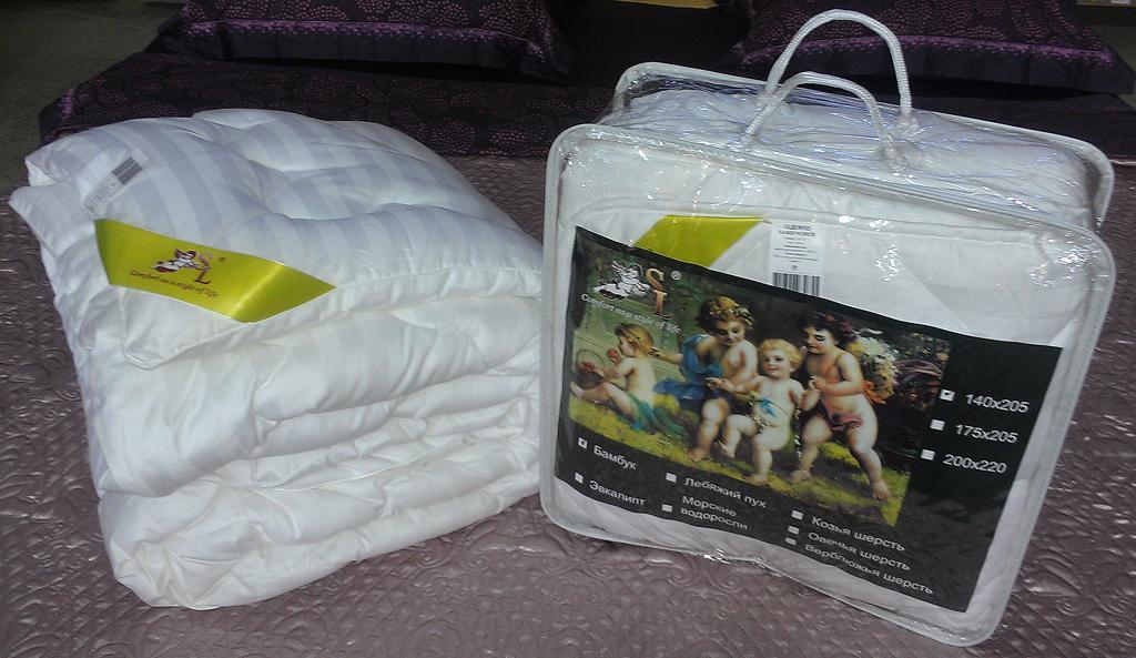 Одеяло SL, цвет: белый, наполнитель: бамбуковое волокно, 175 х 205 см 20005Nap200 (40)Чехол одеяла SL выполнен из сатина белого цвета и украшен фигурной стежкой, внутри - наполнитель из бамбукового волокна. Волокно бамбука специально разработано для людей, заботящихся о своем здоровье, отдающим предпочтение высококачественным инновационным продуктам. Этот наполнитель обладает антибактериальными свойствами, а аминокислоты, входящие в составбамбука, оказывают благоприятное воздействие на кожу, улучшая ее энергетический баланс. Мягкое и легкое одеяло SL обеспечит вам здоровый и комфортный сон. Одеяло упаковано в прозрачную сумку-чехол на застежке-молнии. Характеристики:Материал чехла: сатин (100% хлопок). Плотность: 300 г/м2. Наполнитель: бамбуковое волокно. Размер одеяла: 175 см х 205 см. Цвет: белый. Артикул: 20005. Soft Line предлагает широкий ассортимент высококачественного домашнего текстиля разных направлений и стилей. Это и постельное белье из тканей различных фактур и орнаментов, а также мягкие теплые пледы, красивые покрывала, воздушные банные халаты, текстиль для гостиниц и домов отдыха, практичные наматрасники, изысканные шторы, полотенца и разнообразное столовое белье. Soft Line - это ваш путеводитель по мягкому миру текстиля, полному удивительных достопримечательностей.