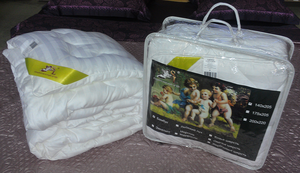 Одеяло SL, цвет: белый, наполнитель: бамбуковое волокно, 200 см х 220 см. 20006531-401Чехол одеяла SL выполнен из сатина белого цвета и украшен фигурной стежкой, внутри - наполнитель из бамбукового волокна. Волокно бамбука специально разработано для людей, заботящихся о своем здоровье, отдающим предпочтение высококачественным инновационным продуктам. Этот наполнитель обладает антибактериальными свойствами, а аминокислоты, входящие в составбамбука, оказывают благоприятное воздействие на кожу, улучшая ее энергетический баланс. Мягкое и легкое одеяло SL обеспечит вам здоровый и комфортный сон. Одеяло упаковано в прозрачную сумку-чехол на застежке-молнии. Характеристики:Материал чехла: сатин (100% хлопок). Плотность: 300 г/м2. Наполнитель: бамбуковое волокно. Размер одеяла: 200 см х 220 см. Цвет: белый. Артикул: 20006. Soft Line предлагает широкий ассортимент высококачественного домашнего текстиля разных направлений и стилей. Это и постельное белье из тканей различных фактур и орнаментов, а также мягкие теплые пледы, красивые покрывала, воздушные банные халаты, текстиль для гостиниц и домов отдыха, практичные наматрасники, изысканные шторы, полотенца и разнообразное столовое белье. Soft Line - это ваш путеводитель по мягкому миру текстиля, полному удивительных достопримечательностей.